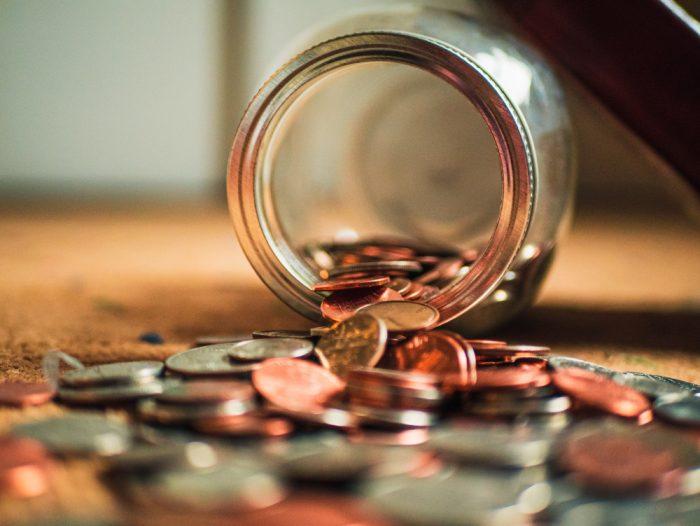 Ein ausgeschüttetes Glas mit Kleingeld - auch das gehört ins Inventar des Nachlassverzeichnisses.
